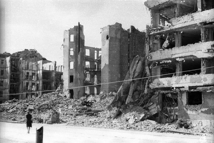 1945. Magyarország, Budapest II. Bem (Margit) rakpart, szemben az 1945. január 2-án felrobbant Fő utca 59. és Vitéz utca 2. számú házak romjai.
