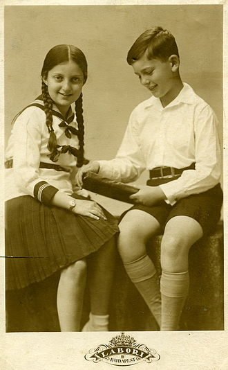 330px-PikiWiki_Israel_7713_Hannah_Senesh_and_her_brother