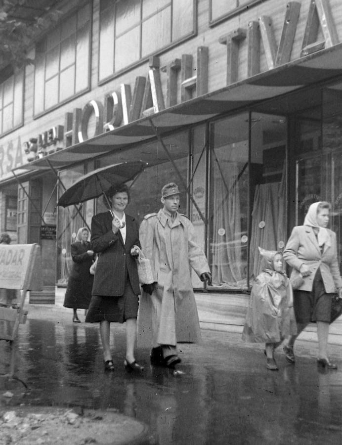 1948. Magyarország, Budapest VII. Rákóczi út 12. Ma könyváruház.