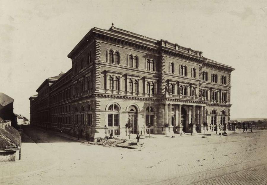 82078  Fővám tér, a Fővámpalota (Ybl Miklós, 1874.) északi homlokzata (ma Corvinus Egyetem). A felvétel az 1875