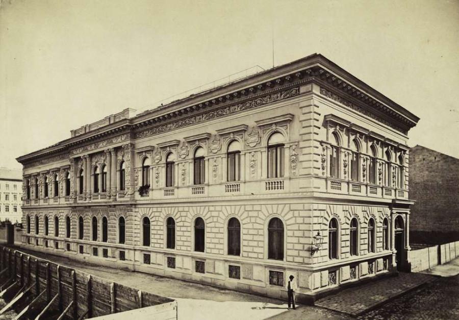 Vörösmarty utca - Dob utca sarok, Fülöp István bérháza. A felvétel 1880-1890 között készült.