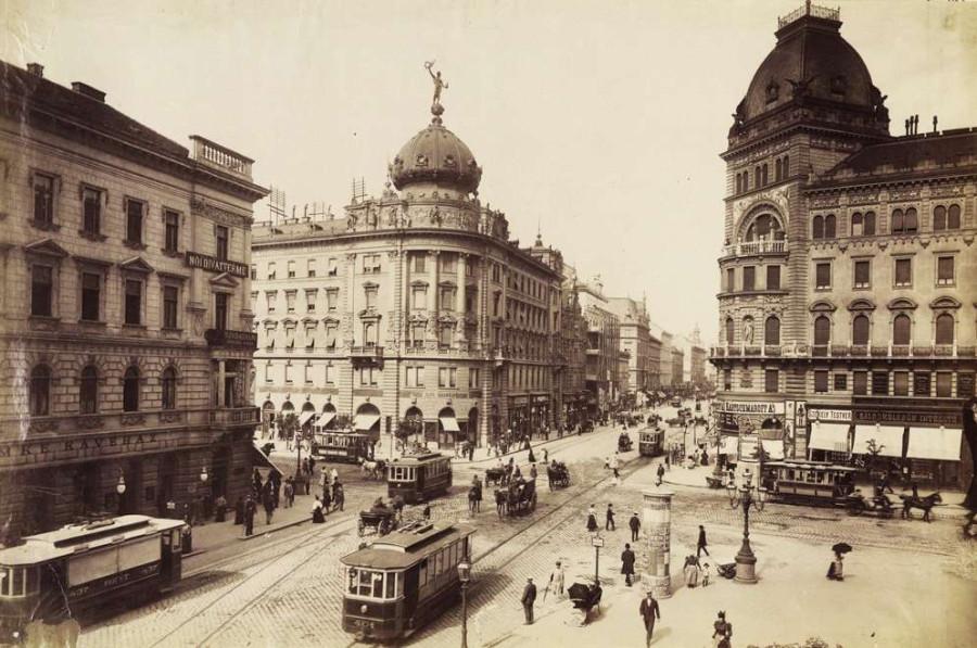 Nagykörút - Rákóczi út kereszteződés a mai Balha Lujza tér felől nézve. Szemben a Pesti Hazai Első Takarékpénztár Egyesület bérpalotája. A felvétel 1898-ban készült.