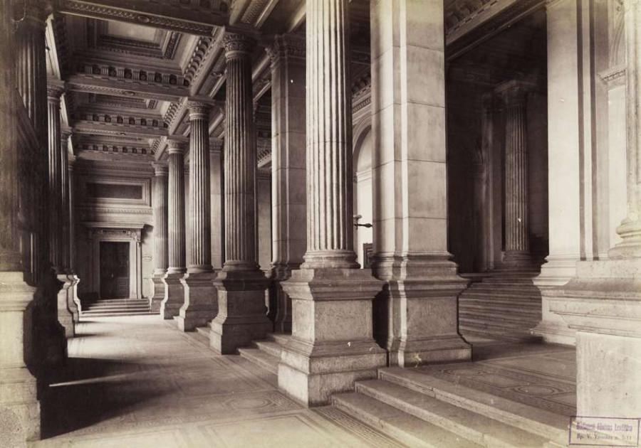 Fővám tér, a Fővámpalota (ma Corvinus Egyetem) előcsarnoka. A felvétel 1890 után készült.