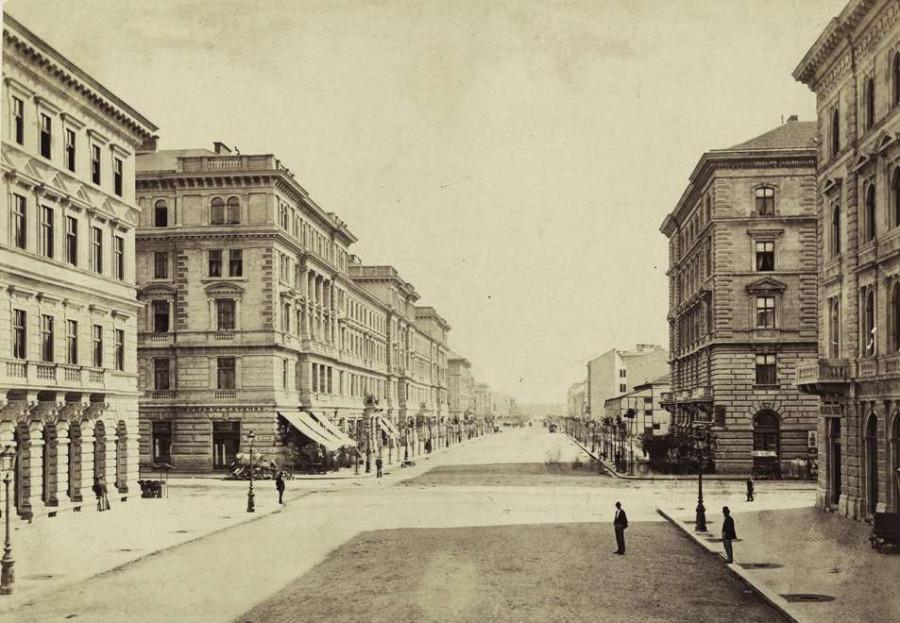 Andrássy (Sugár) út a Városliget felé nézve, előtérben a Nagymező utca kereszteződése. A felvétel 1878 körül