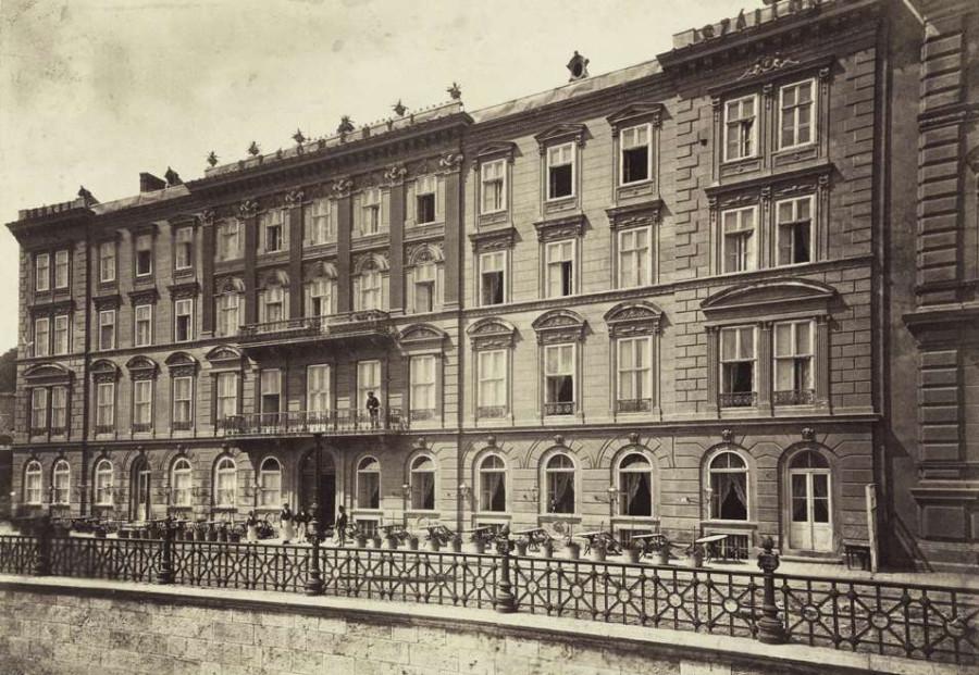 Várkert rakpart 8., Széchenyi (később Fiume) Szálló, ma park van a helyén. A felvétel 1880-1890 között készült