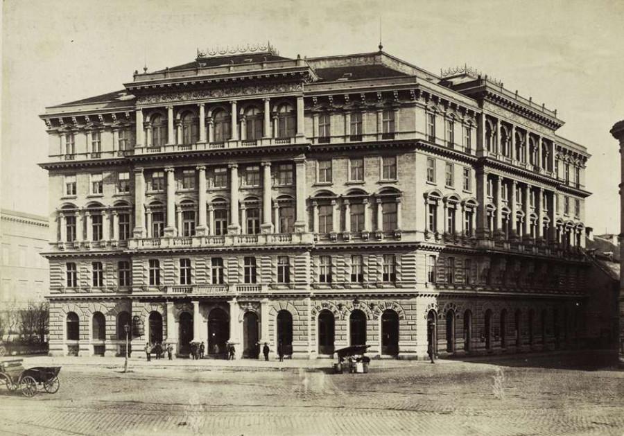 Kálvin tér, a Pesti Hazai Első Takarékpénztár bérháza a Baross utca torkolatánál (lebontották). A felvétel 1874 és 1882 között
