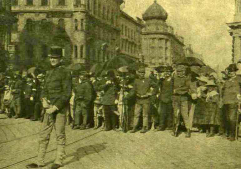 katonai_kordon_a_parisi_aruhaz_elott_1903-keptar_oszk_hu