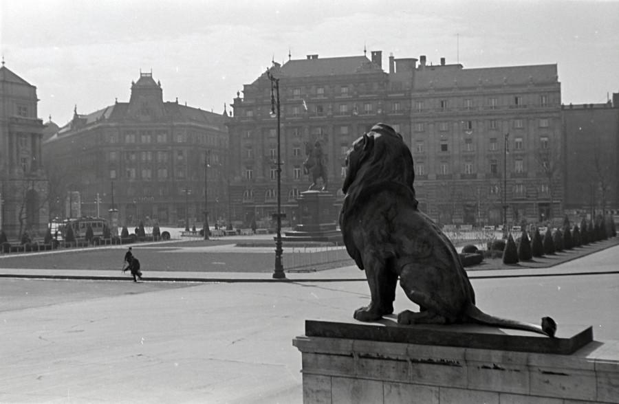 3.Kossuth Lajos tér oroszlános fortepan_136453