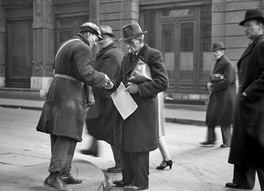 1938. Magyarország, Budapest V. Bank utca - Vadász utca sarok, szemben a Bank utca 9., a háborúban megsemmisült, ma a Podmaniczy Frigyes tér van a helyén.
