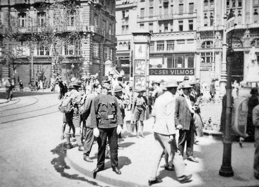 1931. Magyarország, Budapest V. Ferenciek tere (Apponyi tér) a Veres Pálné utca felől nézve, szemben jobbra a Párizsi udvar.