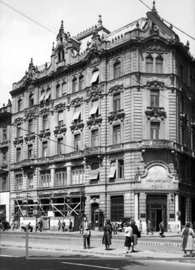 1961. Magyarország, Budapest VII. Rákóczi út 28., jobbra a Nagy Diófa utca