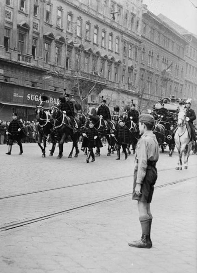 1936. Magyarország, Budapest VI. Teréz körút a Szófia (Hegedűs Sándor) utca saroktól az Oktogon felé nézve. Gömbös Gyula temetési menete.