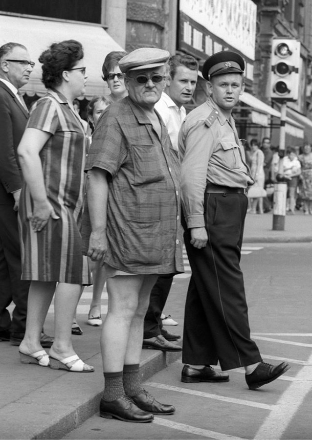 Egy daliás rendőr áll a járdánál a járókelők között a Belvárosban, Budapesten. Fényes Tamás felvétele,1966. augusztus 12.