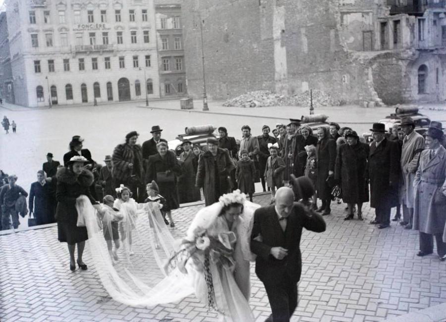 1948 Bp V a Szent István-bazilika főbejárata előtt
