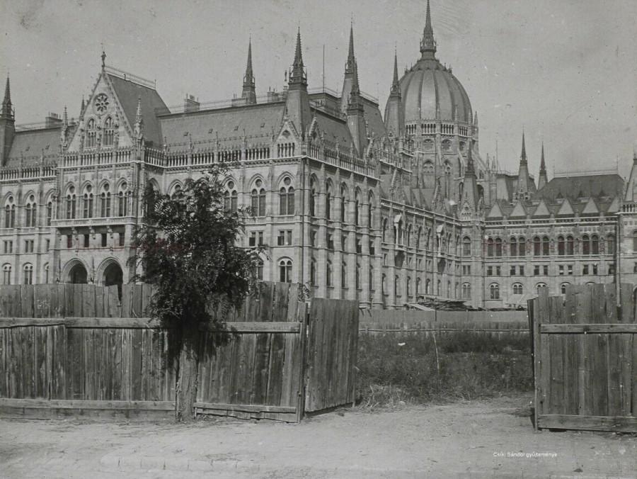 A  Parlament épülete fából készült kerítéssel körbe vonva még a tereprendezés előtt.1900 körül.