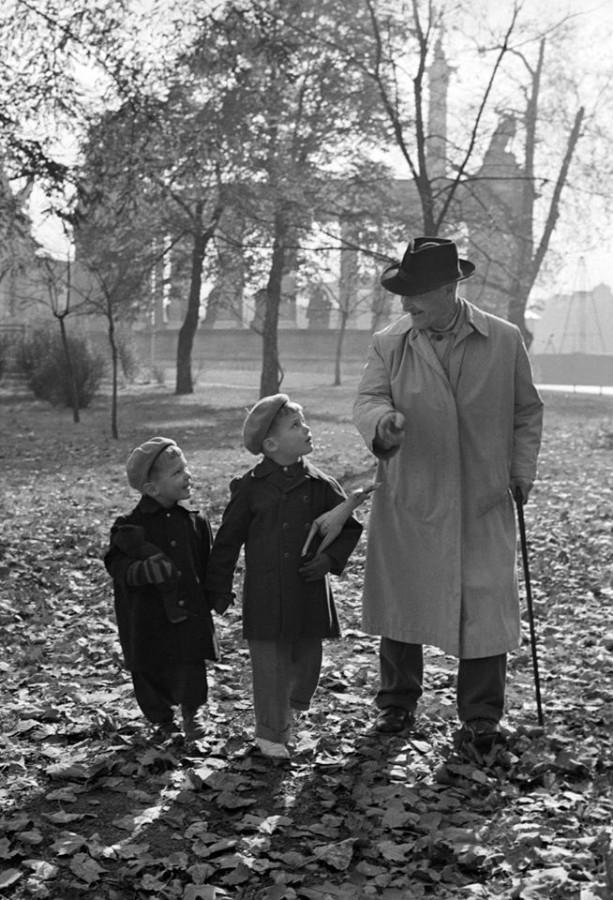 Budapest, 1958. október 28. Egy nagypapa sétál unokáival az őszi avarban a Városligetben. MTI Fotó Petrovits László.