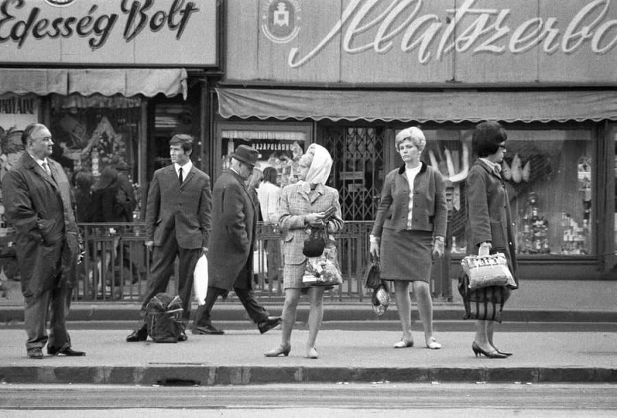 Utasok várakoznak a Tanács körúti villamosmegállóban (1968. május 20.)