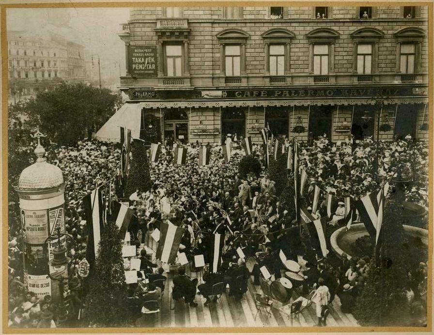 Erdélyi Mór_ FSZEK_BP_Az Auguszta-zenekar háborús jótékonysági koncertje a Liszt Ferenc téren 1914. augusztus 27-én