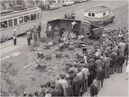 A Szent István körúton a Vígszínháznál felborult sörszállító teherautó.1965