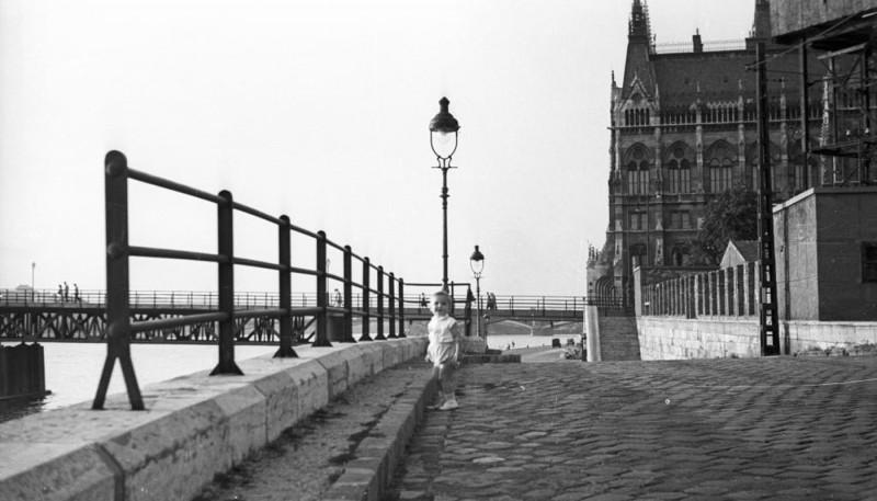 1955. Magyarország, Budapest V. Széchenyi rakpart, háttérben a Kossuth híd és a Parlament.