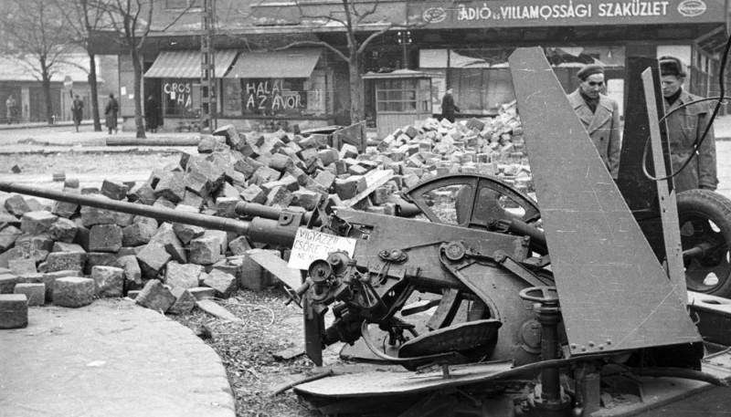 1956. Magyarország, Budapest XI. Fehérvári út, szemben a Vásárhelyi Pál utca torkolata, jobbra a Móricz Zsigmond körtér, a Váli utca sarkáról nézve.