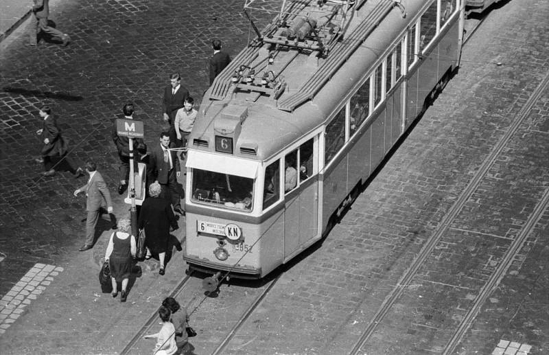 1965. Magyarország, Budapest II. Margit körút (Mártírok útja), Keleti Károly utcai villamosmegálló.