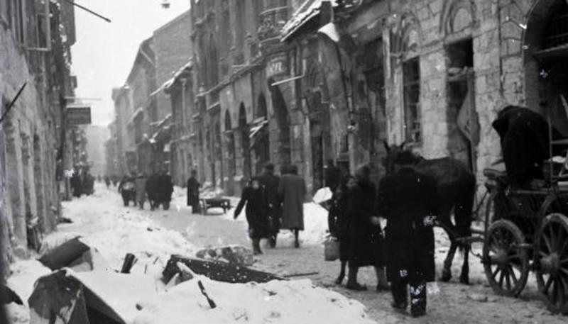 1945. Magyarország, Budapest VII. Dob utca a Kazinczy utca felé nézve, a kép jobb szélén a 38. számú ház.