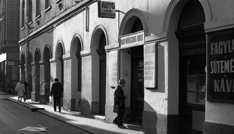 1982. Magyarország, Budapest VII. Dob utca 22., Holló utca sarok.