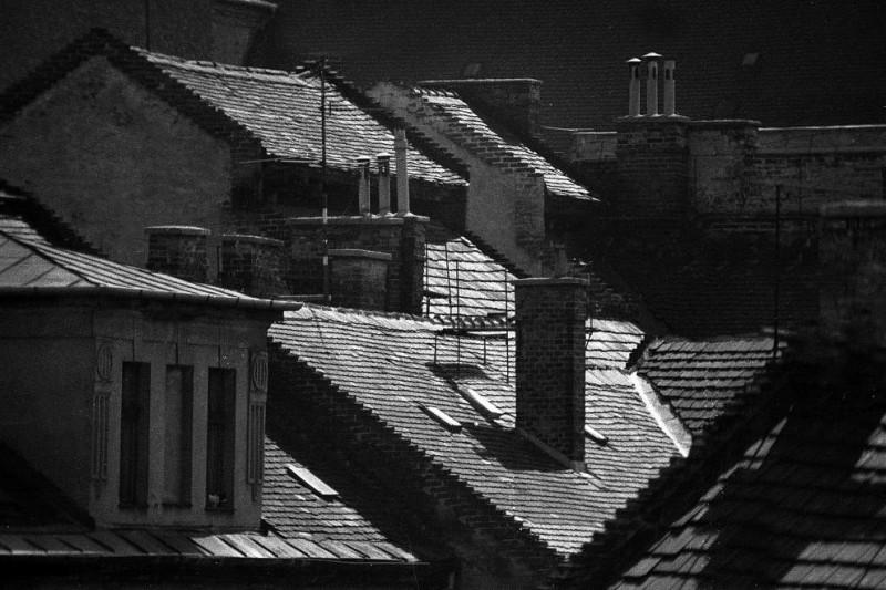 1984. Magyarország, Budapest VII. kilátás a Holló utca 11. felől, balra a Gozsdu udvar egyik tető lakása, szemben mögötte a Dob utca 14. és 12. tetőzete.