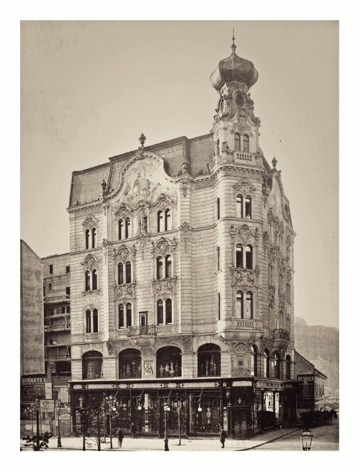 1900 körül. Az egykori Zsolnay mintaüzlet háza, Március 15. tér.