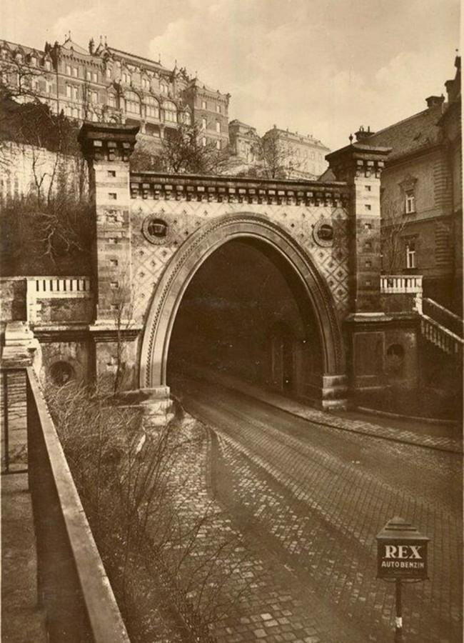 1Váralagút nyugati kapuzata a 20-as évekből, Alagút utca  Az Alagút fölött a József főherceg palota látható — копия