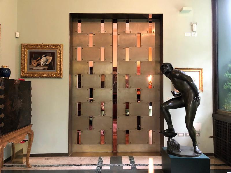 Еще одни раздвижные двери, ведущие обратно в библиотеку.