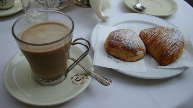 в Неаполе, в знаменитом кафе Scaturchio