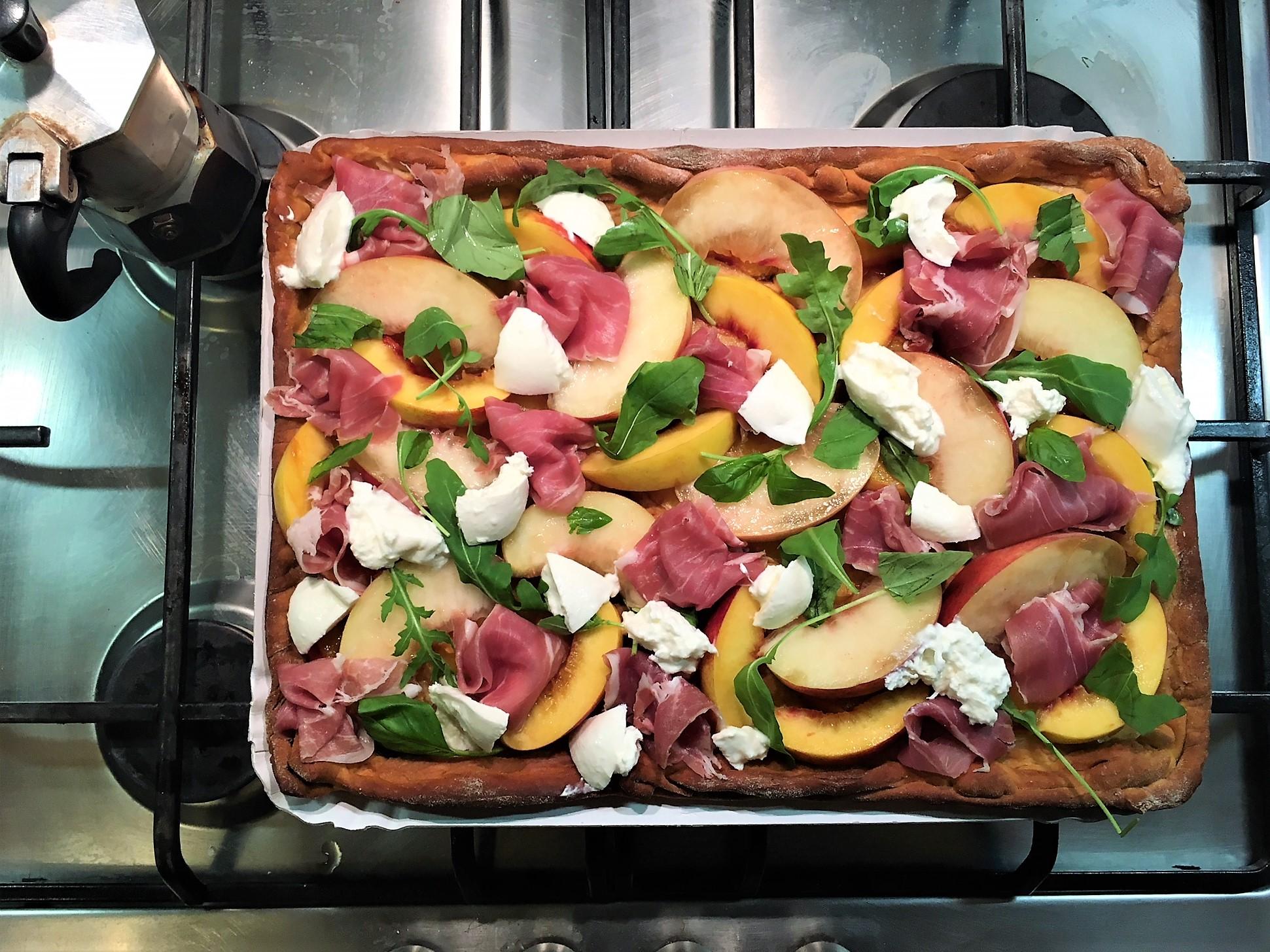 Итальянская фокачча с персиками, прошутто и бурратой
