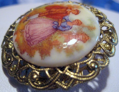 fragonard_courting_couple_western_germany_porcelain_vintage_cameo_pin_00ce1a91