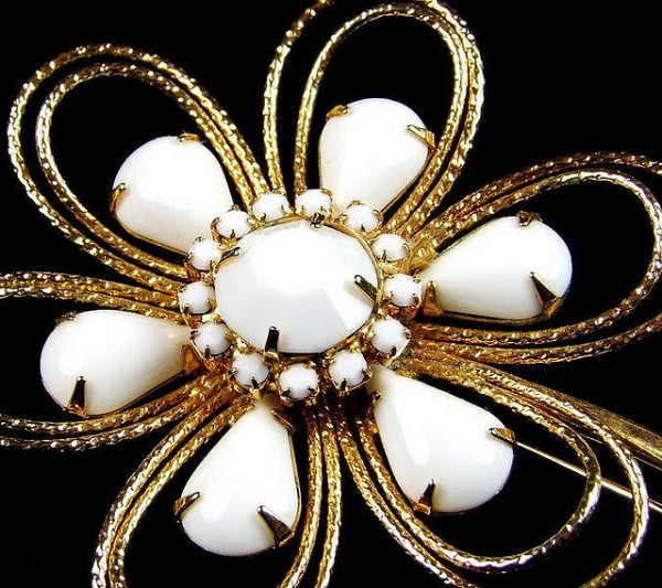 stylised_1950s_napier_goldtone__white_milk_glass_flower_brooch