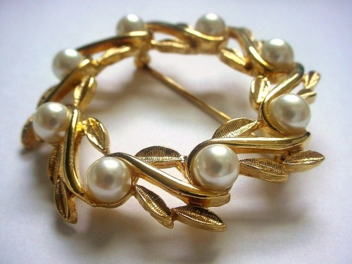 vintage_napier_wreath_brooch_faux_pearl_berries_f8ac0080