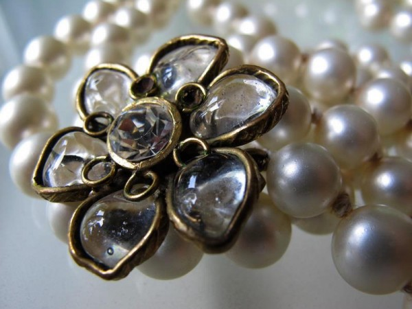 Chanel_necklace_camelia_pearls_gripoix__2