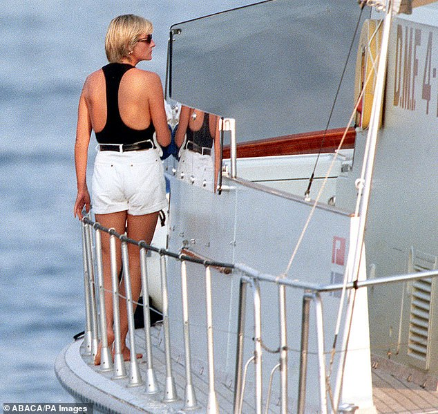28761804-8352135-Diana_walking_along_the_deck_on_the_Cujo_Dodi_s_yacht_in_July_19-m-1_1590318606977