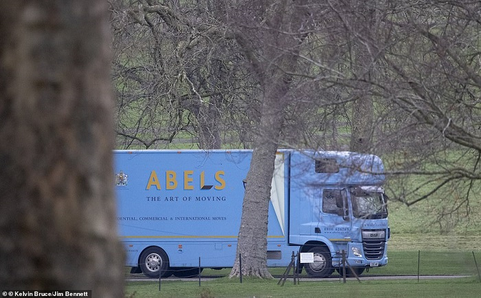 36048306-8982141-The_Abels_removal_van_is_photographed_in_Windsor_today_The_Suffo-a-1_1606230822814
