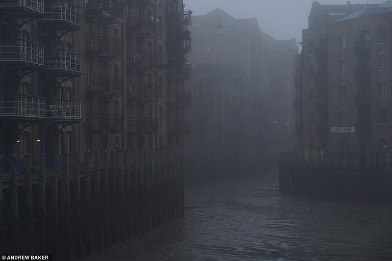 36168330-8992675-An_otherworldly_in_the_Docklands_east_London_this_morning_which_-a-13_1606470639195