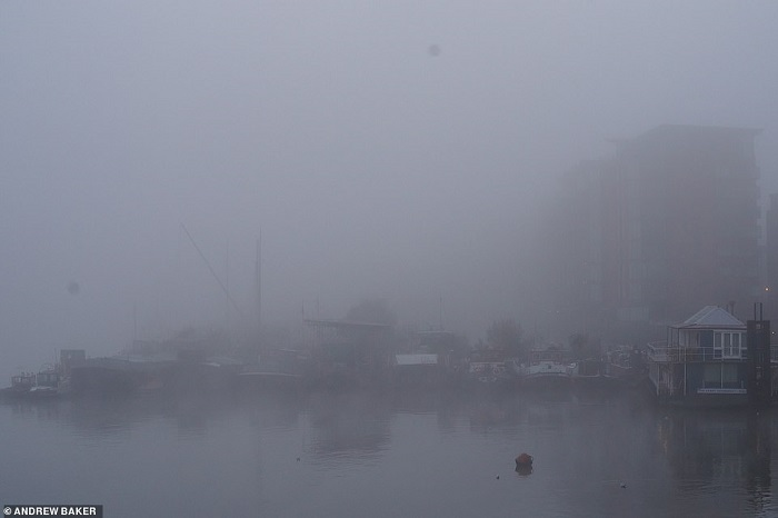 36168332-8992675-The_Thames_riverside_is_almost_completely_hidden_by_fog_this_mor-a-15_1606470643860
