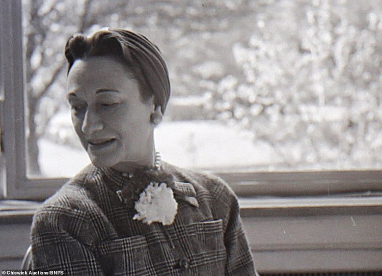 40534516-9367317-Photographs_include_this_one_of_Wallis_Simpson_gazing_away_from_-a-3_1615900533141