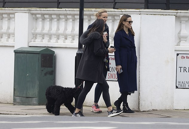 40826158-9392731-It_isn_t_clear_who_the_women_Pippa_was_spotted_with_are_or_if_th-a-1_1616505699095