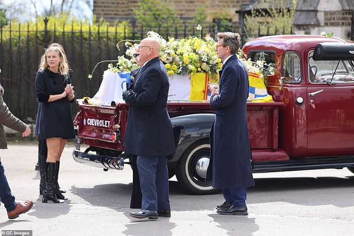 41657788-9462441-Lady_Lola_Bute_left_pictured_next_to_the_hearse_ahead_of_the_Mar-a-52_1618241250009