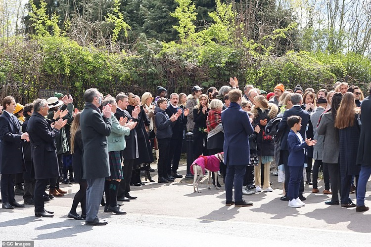 41657850-9462441-Guests_applauding_as_the_procession_reaches_Kensal_Green_Cemeter-a-57_1618241250024