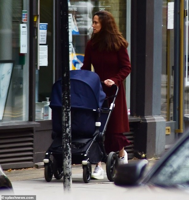 41712168-9467145-Pippa_wore_her_long_brown_locks_loose_around_her_shoulders_and_k-a-111_1618337576034