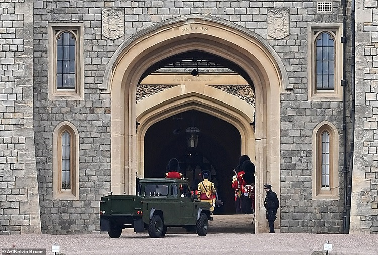41801942-9475231-The_Land_Rover_Defender_hearse_that_will_carry_Prince_Philip_s_c-a-1_1618505251881