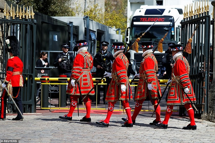 41798554-9475231-Soldiers_in_ceremonial_dress_arrive_at_Windsor_Castle_as_rehears-a-15_1618505148650
