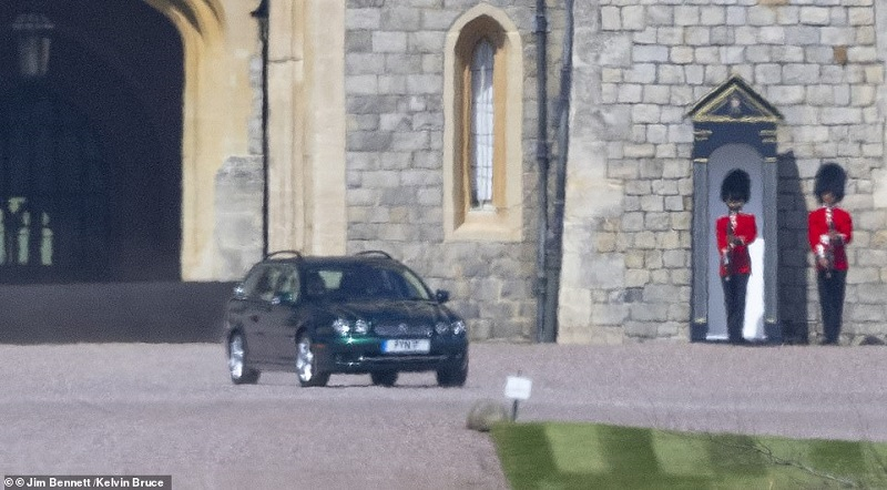 41908076-9484311-The_Queen_was_today_seen_for_the_first_time_since_Prince_Philip_-m-108_1618762818070